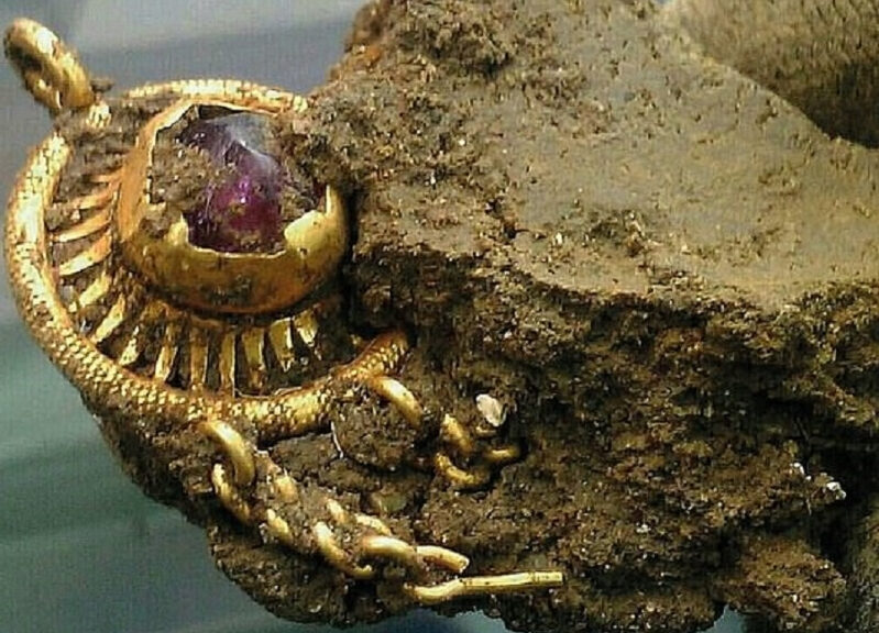 Metal detectorist unearths stunning £15,000 gold hat pin from 1485 which may have belonged to King Edward IV
